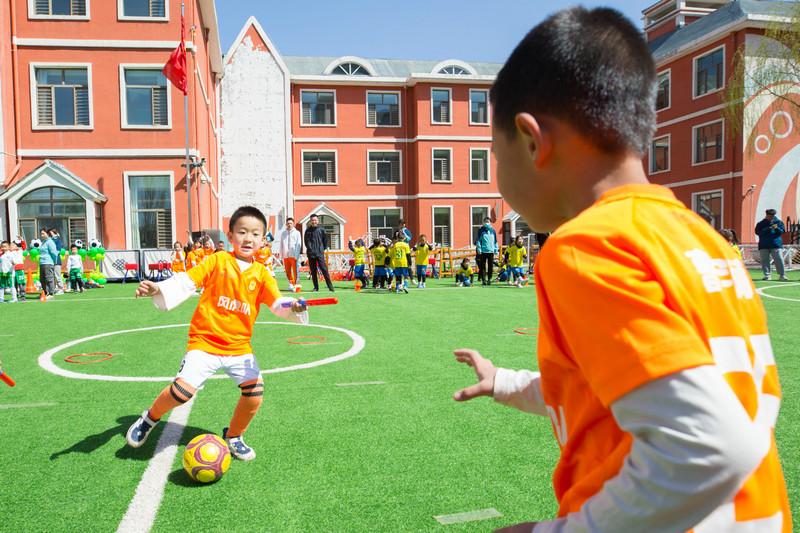幼儿园足球游戏嘉年华:玩转小足球 收获大成长