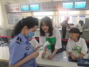 """赤峰市政务服务中心出入境综合窗口:用""""四心""""服务提升群众满意率"""